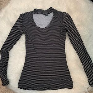 Long sleeve with cut out in chest